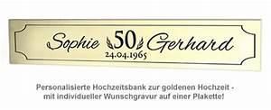 Holzbank Mit Tisch In Der Mitte : personalisierte hochzeitsbank zur goldenen hochzeit mit gravurplakette ~ Whattoseeinmadrid.com Haus und Dekorationen