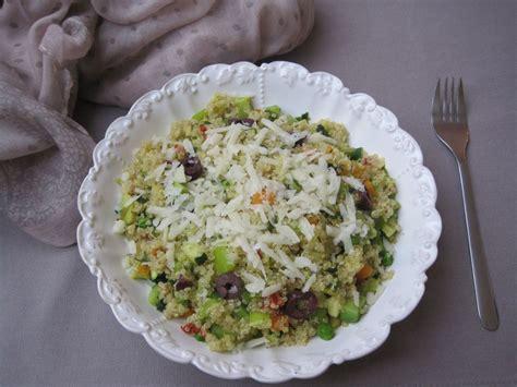 Kvinoja s poletno zelenjavo, avokadom, črnimi olivami in z zelo okusnim sirom | Cook Eat and Smile