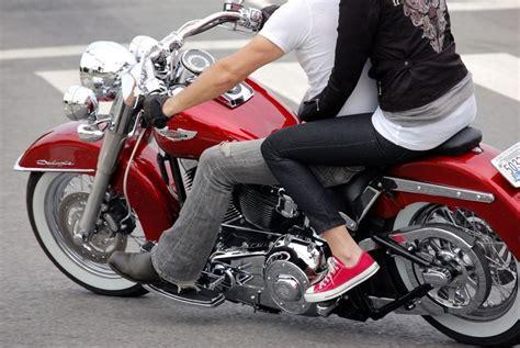 التنقل على دراجة نارية.. للمتزوجين فقط !
