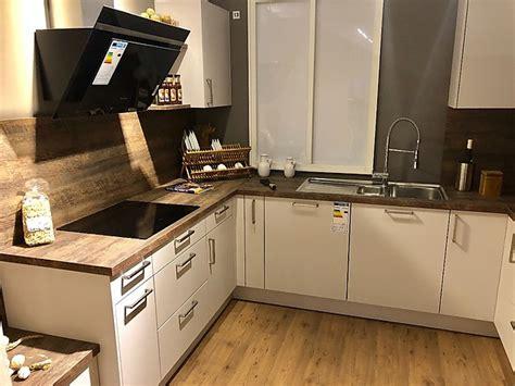Sonstige-musterküche Küche Weiß/braun Mit Holzoptik-arbeitsplatte
