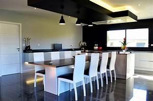 cuisine design avec ilot central et coin repas installe a With cuisine design italienne avec ilot