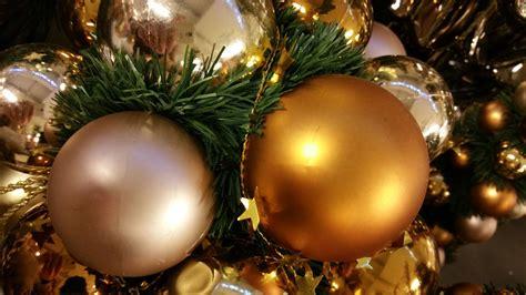 Wie Viele Kugeln Hängt Man Auf Einen Weihnachtsbaum Auf?