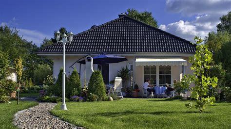 Dachueberstand Schutz Vor Wind Und Wetter by Walmdach Bungalow Schl 252 Sselfertig Bauen Als Passivhaus