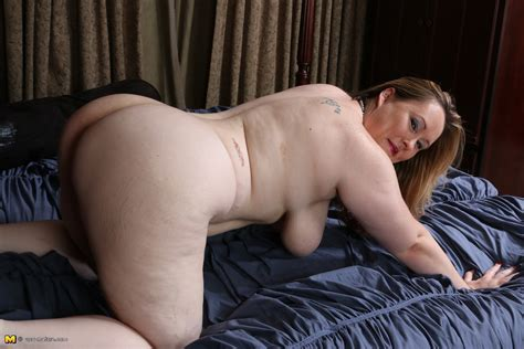 Curvy big booty American housewife playing alone