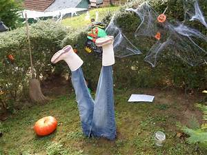 very frightening to the design of the body half buried in With decoration d halloween exterieur