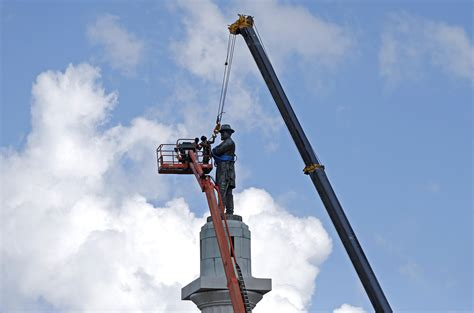 robert  lee statue removed   orleans