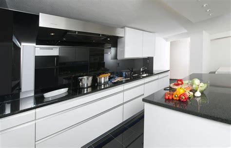 cuisine avec plan de travail noir plan de travail pour cuisine blanche sofag