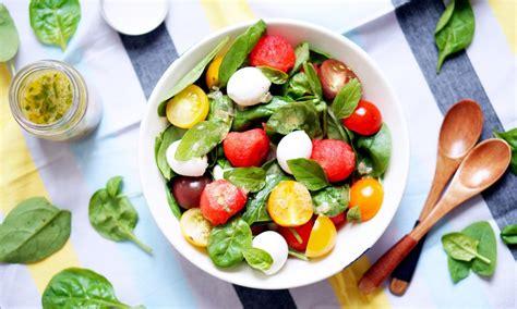 cuisiner les epinards salade de pastèque tomate cerise mozzarella et pousses d