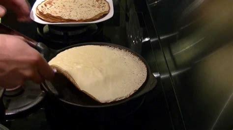 poele cuisine saine crêpes dans la poêle en fonte skeppshult pour une cuisine