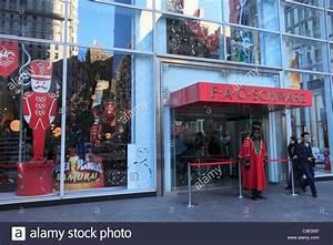 Fao Schwarz New York Christmas Stock Photos & Fao Schwarz ...