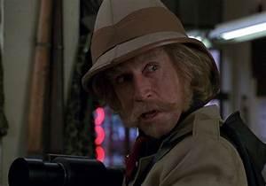 Jonathan Hyde est le chasseur Van Pelt et Samuel Parrish ...
