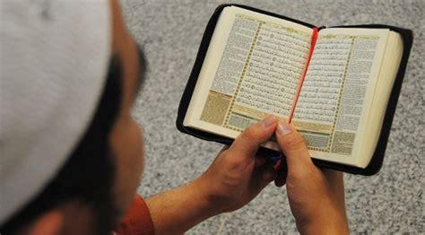 shalat sambil membuka mushaf al quran bolehkah kiblat
