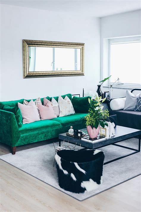 reduziert gruenes sofa mit teppich  grau raum closeup