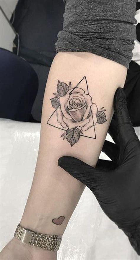 kleine rose dreieck unterarm tattoo ideen fuer frauen