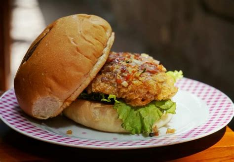 Dino Kuning pesta t rex burger seberat 3 kg di dino steak and burger