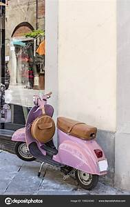 Pink vintage Vespa Scooter — Stock Photo © aureli #159024340