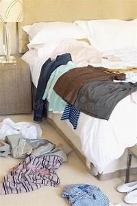 Bett Auf Boden : kleidung zerstreut auf boden und hotel bett stockbild bild von schlafzimmer hemden 31831227 ~ Markanthonyermac.com Haus und Dekorationen