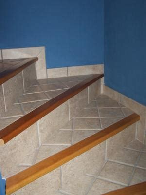 escalier avec nez de marche en bois style rustique entreprise de carrelage didier caluwe