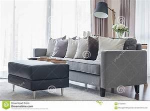 Moderne Kissen Für Sofa : modernes graues sofa mit kissen und schwarzer tabelle im wohnzimmer stockbild bild 57550601 ~ Bigdaddyawards.com Haus und Dekorationen