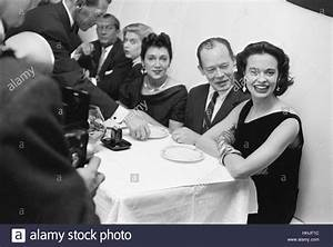 Abendessen Auf Englisch : gloria vanderbilt beim abendessen mit freunden 1955 stockfoto bild 131328664 alamy ~ Somuchworld.com Haus und Dekorationen