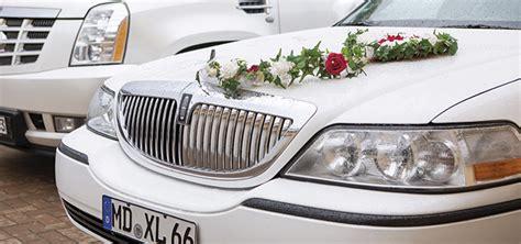 blumenschmuck fuer hochzeitskutsche limousine kutsche