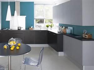 Deco pour cuisine grise exemples d39amenagements for Deco cuisine avec chaise de salon grise