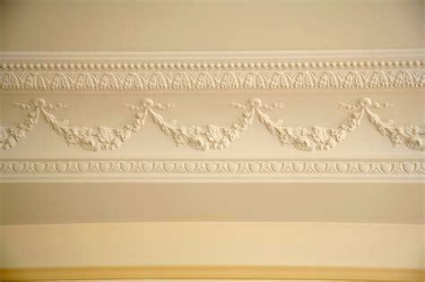 mur cuisine pose de moulure au plafond