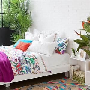 idee deco chambre de fille ado literie a motifs floraux With chambre bébé design avec coussin motif fleur