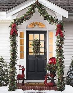 15 Most Creative Christmas Door Themes 1 Green & Maroon