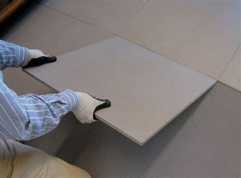posare piastrelle pavimento come posare piastrelle su un pavimento in ceramica esistente