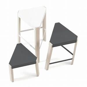 Tabouret Bas Scandinave : tabouret bas triangulaire en m tal et bois podio 4 pieds tables chaises et tabourets ~ Teatrodelosmanantiales.com Idées de Décoration
