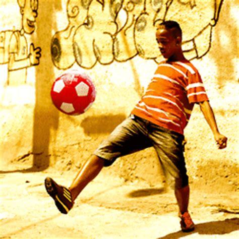 gambar animasi main bola bergerak kartun sepakbola lucu piala dunia  animasi bergerak lucu
