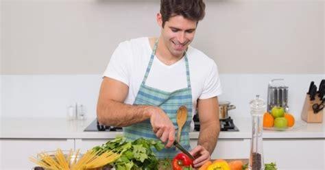 10 bonnes raisons de sortir avec un mec qui cuisine bien