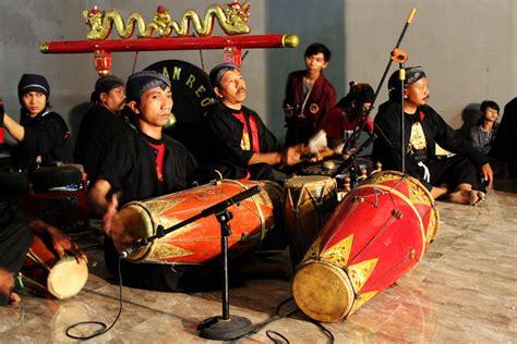 Angklung ini terbuat dari bambu yang dipotong pada salah satu bagian ujungnya dan cara memainkannya yakni dengan. seni: Alat Musik Tradisional Jawa Timur