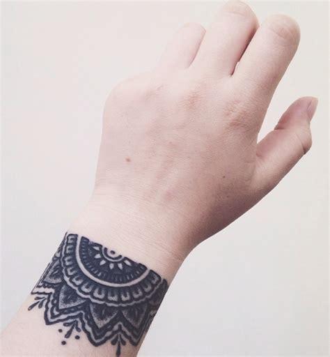 tatouage bracelet poignet femme mandala