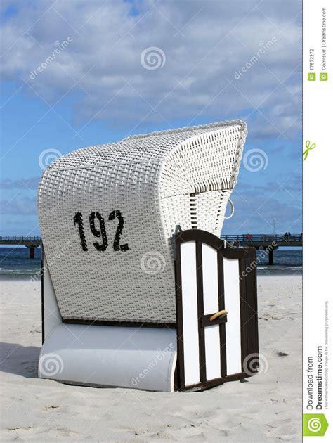 siege en osier siège en osier sur la plage sablonneuse