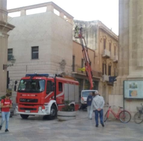 sede centrale poste italiane marsala crolla un pezzo di cornicione presso la sede