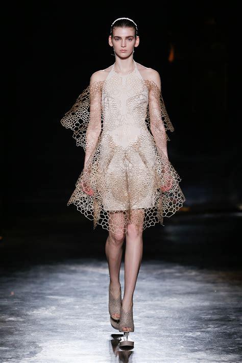 iris van herpen catwalk fashion show womenswear fw