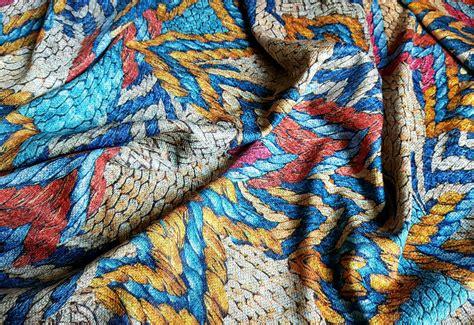 Audums ar pīnes rakstu apdruku (Dažādu krāsu sajaukums ...