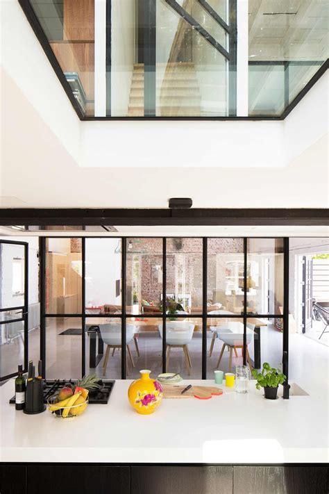 table cuisine pin verrière style atelier dans un loft rénové