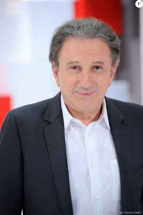 Michel drucker est le fils d'abraham drucker, immigré juif arrivé en france en 1925 et devenu médecin, et lola schafler michel drucker est également animateur à la radio, d'abord à rtl avec rtl c'est vous de 1974 à 1976, puis la grande parade de 1976 à 1982. Exclusif - Michel Drucker - Enregistrement de l'émission Vivement Dimanche prochain présentée ...