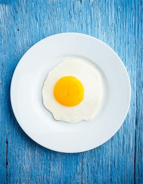 bonne cuisine rapide comment cuire des œufs au plat à table