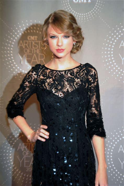 Elegant Lips Makeup Of Taylor Swift