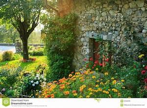 Häuschen Mit Garten : garten und altes haus stockbild bild von frankreich ~ Lizthompson.info Haus und Dekorationen