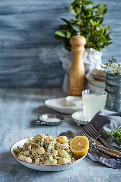 Makaronu salāti ar garnelēm un avokado - Pie Galda!