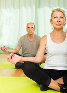 Yoga Zu Hause : ltere paare die zu hause yoga haben download der kostenlosen fotos ~ Sanjose-hotels-ca.com Haus und Dekorationen