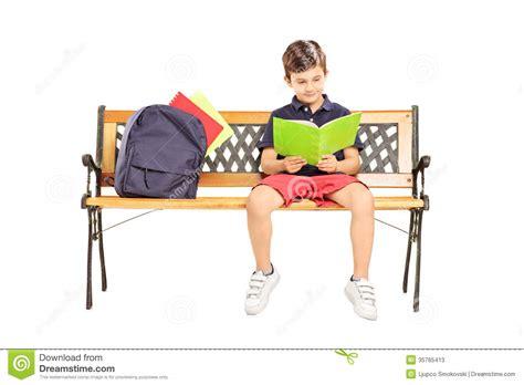 l 233 colier a assis sur un banc en bois lisant un livre photos stock image 35765413