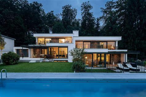 bad deko modern villen am hang modern haus fassade münchen kutschker leischner architekten