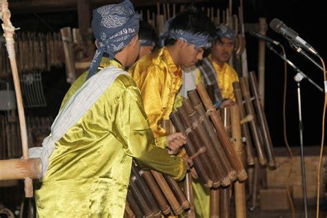 Alat musik berasal dari jawa barat ini terdiri dari beberapa pencar bonang yang tersusun secara berderet dan membentuk tapal kuda. Calung Jinjing, Alat Musik Tradisional Dari Jawa Barat ...