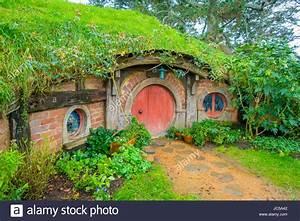 Hobbit Haus Kaufen : north island neuseeland 16 mai 2017 hobbit haus mit roten t r hobbingen filmset website ~ Eleganceandgraceweddings.com Haus und Dekorationen